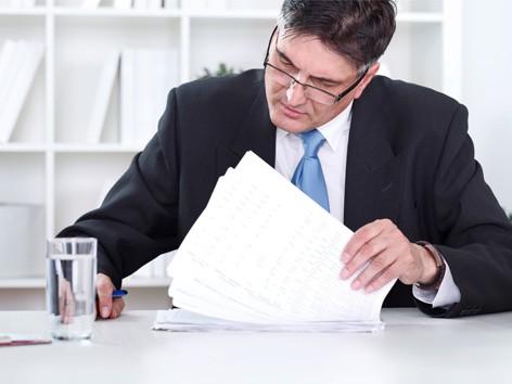бухгалтер читает договор
